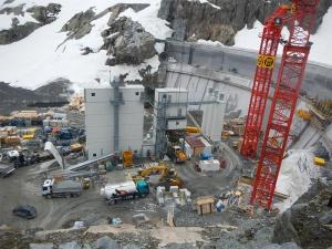 Podniesienie zapory przy elektrowni wodnej,użyto 435000 m3 betonu